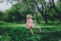 Niña que corre en la hierba Foto de archivo libre de regalías