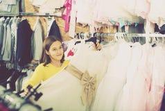 Niña que decide sobre el vestido bonito Imagen de archivo