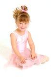 Niña que desgasta la sentada rosada de la alineada del ballet Fotos de archivo