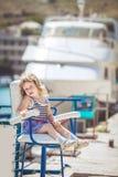 Niña que disfruta de día hermoso cerca de puerto de la ciudad Imagen de archivo libre de regalías