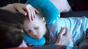 Niña que duerme en un avión durante vuelo del transporte aéreo Madre con viaje de la hija en avión almacen de video