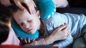 Niña que duerme en un avión durante vuelo del transporte aéreo Madre con viaje de la hija en avión metrajes
