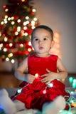 Niña que espera su primer regalo de Navidad Imágenes de archivo libres de regalías