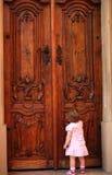 Niña que golpea en la puerta Imagen de archivo libre de regalías