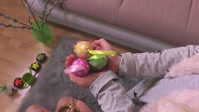 Niña que guarda los huevos de Pascua decorativos