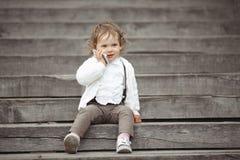 Niña que habla en el teléfono móvil Imágenes de archivo libres de regalías