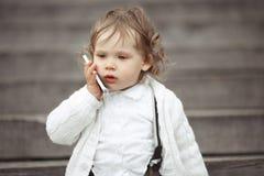 Niña que habla en el teléfono móvil Imagen de archivo