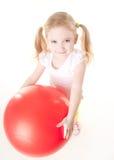 Niña que hace ejercicio con la bola Imagen de archivo libre de regalías