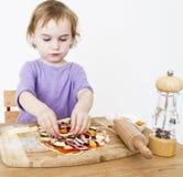 Niña que hace la pizza fresca fotos de archivo libres de regalías