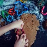 Niña que hace las galletas de la Navidad Fotografía de archivo