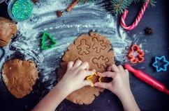 Niña que hace las galletas de la Navidad Fotografía de archivo libre de regalías