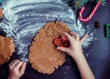 Niña que hace las galletas de la Navidad Fotos de archivo