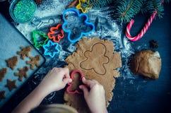 Niña que hace las galletas de la Navidad Imagen de archivo libre de regalías