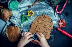 Niña que hace las galletas de la Navidad Foto de archivo
