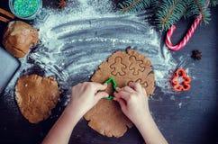 Niña que hace las galletas de la Navidad Imagen de archivo
