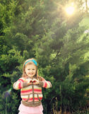 Niña que hace símbolo del corazón Imagenes de archivo