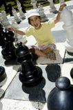 Niña que juega a ajedrez Foto de archivo libre de regalías