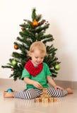 Niña que juega cerca del árbol de navidad Imagen de archivo