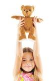 Niña que juega con el juguete del oso Imagen de archivo libre de regalías
