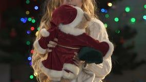 Niña que juega con el oso de peluche en el traje de Santas, atmósfera del Año Nuevo almacen de video