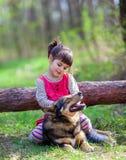 Niña que juega con el perro fotografía de archivo