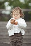 Niña que juega con el teléfono móvil Fotos de archivo libres de regalías