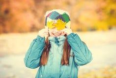 Niña que juega con las hojas Fotografía de archivo libre de regalías