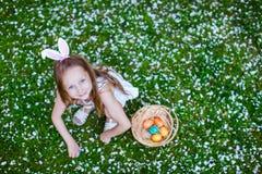Niña que juega con los huevos de Pascua Imagen de archivo