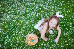Niña que juega con los huevos de Pascua Fotos de archivo