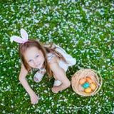Niña que juega con los huevos de Pascua Fotografía de archivo libre de regalías
