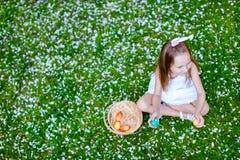 Niña que juega con los huevos de Pascua Imagen de archivo libre de regalías