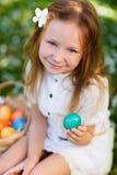 Niña que juega con los huevos de Pascua Foto de archivo libre de regalías