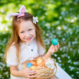 Niña que juega con los huevos de Pascua Imágenes de archivo libres de regalías