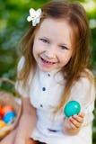 Niña que juega con los huevos de Pascua Foto de archivo