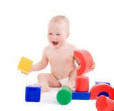 Niña que juega con los juguetes brillantes en patio Fotografía de archivo