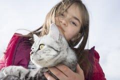 Niña que juega con un gato Foto de archivo libre de regalías