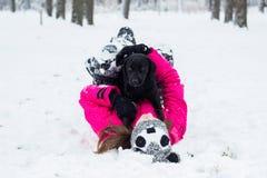 Niña que juega con un perro Imagen de archivo libre de regalías
