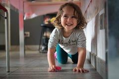 niña que juega debajo de la tabla foto de archivo libre de regalías