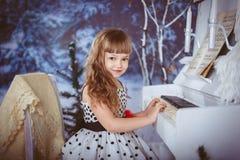 Niña que juega el piano Fotografía de archivo libre de regalías