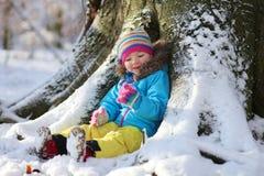Niña que juega en bosque del invierno Foto de archivo