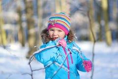 Niña que juega en bosque del invierno Foto de archivo libre de regalías
