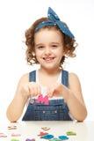 Niña que juega en el alfabeto. Muestra la letra M. Imagen de archivo libre de regalías