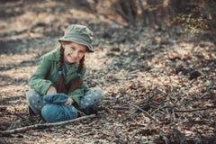 Niña que juega en el bosque, Fotos de archivo