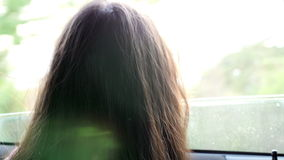Niña que juega en el coche de la ventana almacen de video