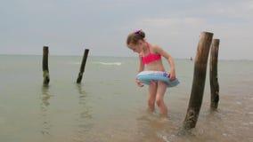 Niña que juega en el mar almacen de video