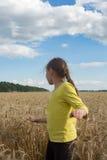 Niña que juega en un trigo Día soleado apacible Imagenes de archivo