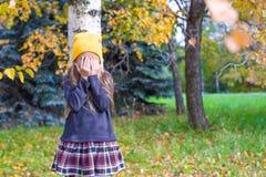 Niña que juega escondite en bosque del otoño fotografía de archivo libre de regalías