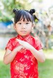 Niña que le desea un Año Nuevo chino feliz Fotos de archivo