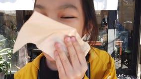 Niña que limpia su boca con las servilletas metrajes