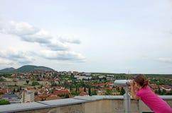 Niña que mira a través de los prismáticos de visita turístico de excursión en Eger Imagen de archivo